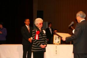 表彰をうけるチェスキーナ・永江洋子さん